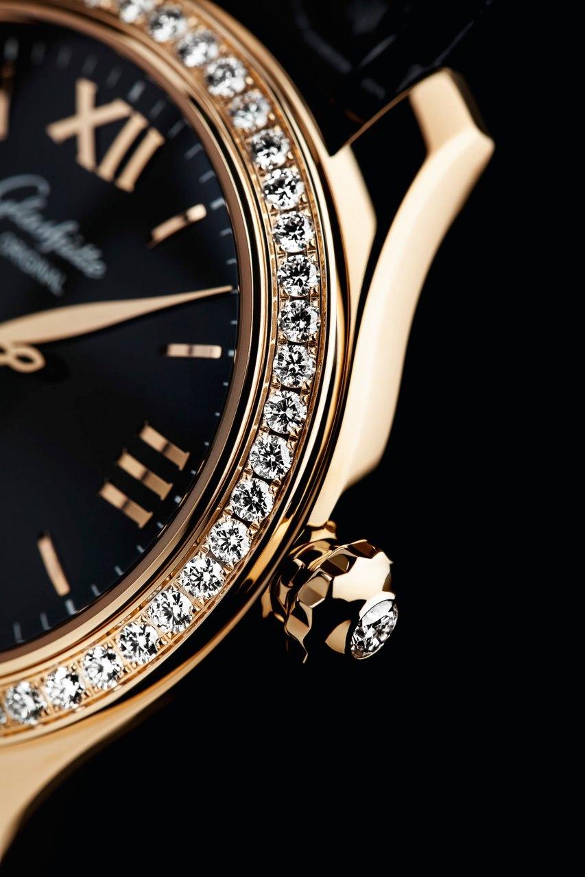 Die elegante Krone mit Diamantcabochon hat echten Schmuckcharakter und ist besonders angenehm zu bedienen.