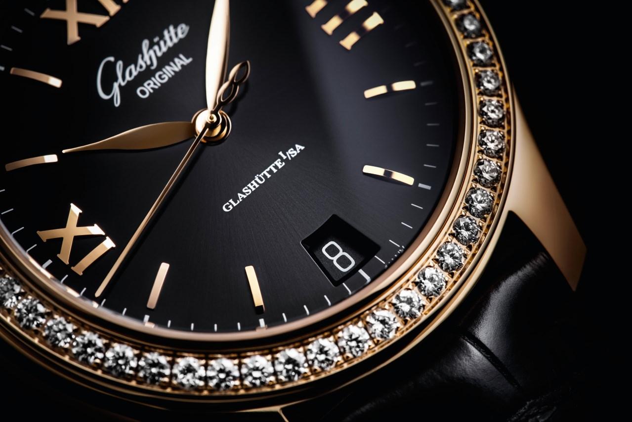 Im Inneren der Uhr schlägt das Automatikkaliber 39-22 mit einer Gangreserve von 40 Stunden und Sekundenstopp-Mechanismus. Es enthüllt seine fein veredelte Schönheit der Betrachterin – oder dem Betrachter – durch einen gläsernen Gehäuseboden