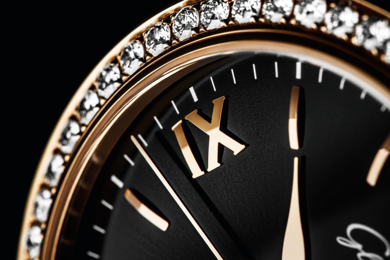 Im Inneren der Uhr schlägt das Automatikkaliber 39-22 mit einer Gangreserve von 40 Stunden und Sekundenstopp-Mechanismus. Es enthüllt seine fein veredelte Schönheit der Betrachterin – oder dem Betrachter – durch einen gläsernen Gehäuseboden.