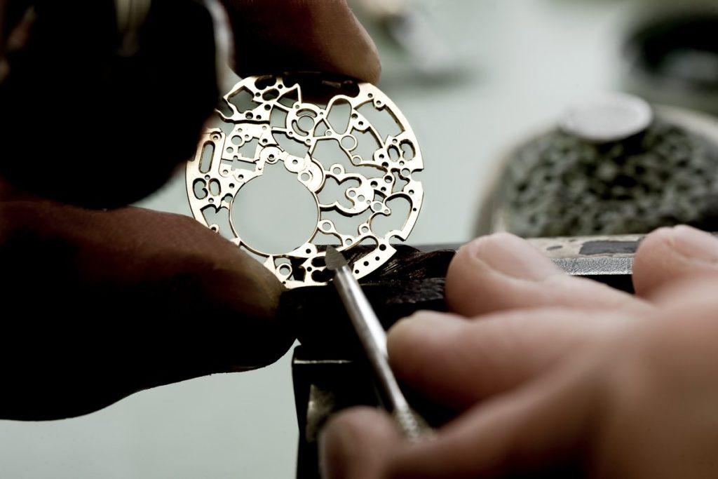 Beim Skelettieren, auch Ajourieren genannt, werden an bestimmten Einzelteilen des Werks Durchbrüche eingearbeitet. So wird die Schönheit des Uhrmechanismus freigelegt, ohne dabei die für die einwandfreie Funktionalität der Uhr wichtigen Teile zu verändern. Foto: Audemars Piguet.