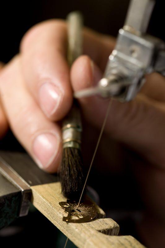 Feinuhrmacherei bei Audemars Piguet: Der Rotor eines Automatikwerkes wird mit den Initialien seines zukünftigen Trägers personalisiert.