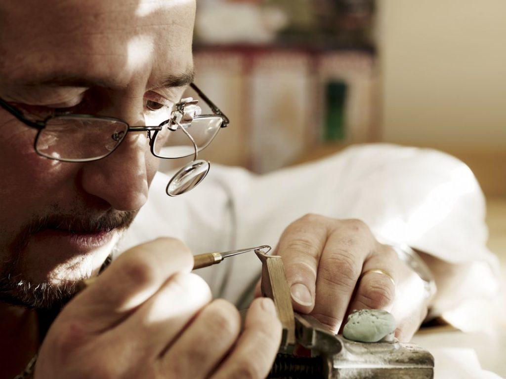 Die Einzelteile der Uhren von Audemars Piguet werden von Hand verarbeitet, verziert, zusammengebaut und eingeschalt. Um eine solche Perfektion zu erreichen, ist meisterliches Können der Handwerkskunst gefragt. Diese Verzierungen schlagen mit knapp 30 Prozent des Werkpreises zu Buche.