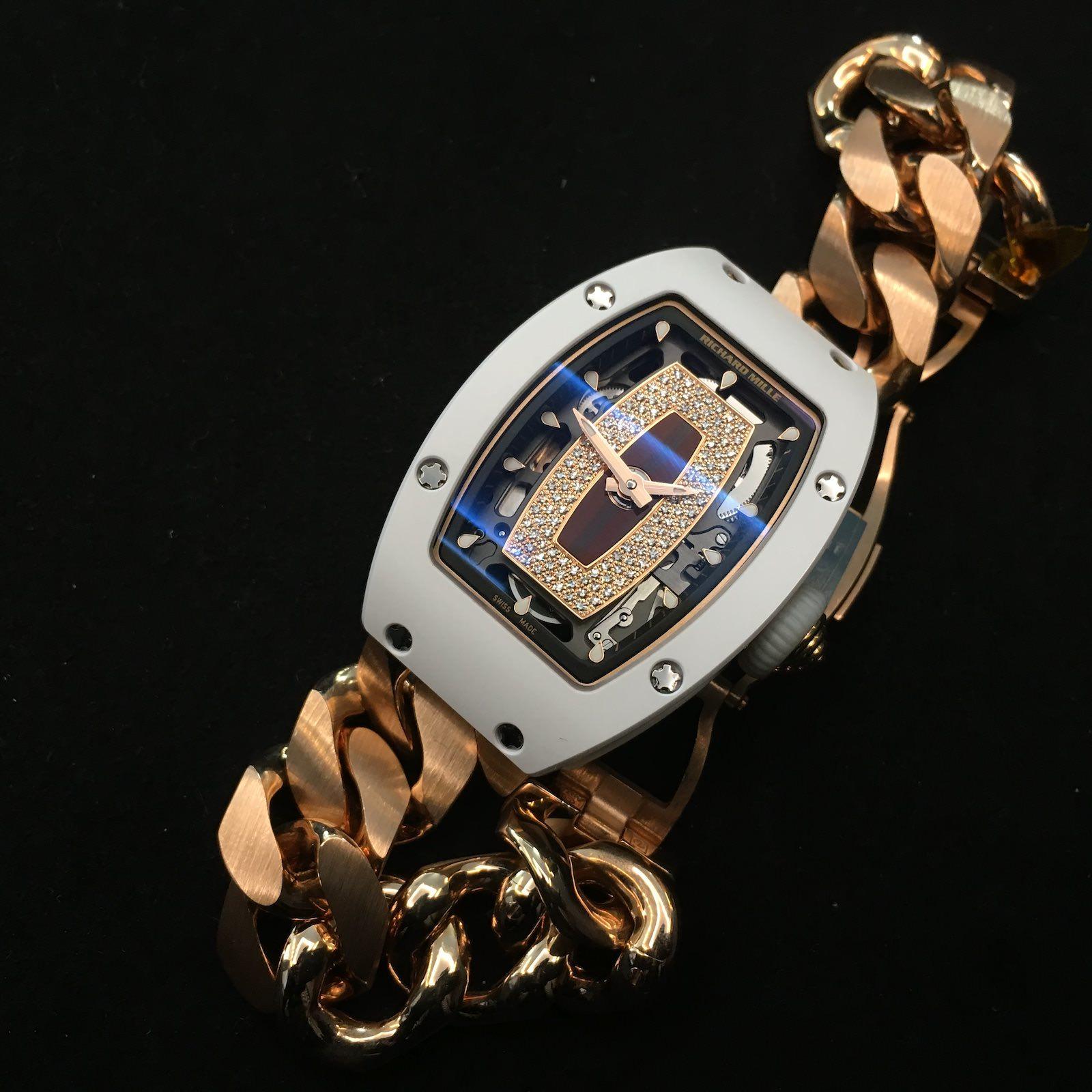 Richard Mille RM07-01 mit weißem Keramikgehäuse und Rotgold-Gourmette-Armband. Preis: 174.500 Euro