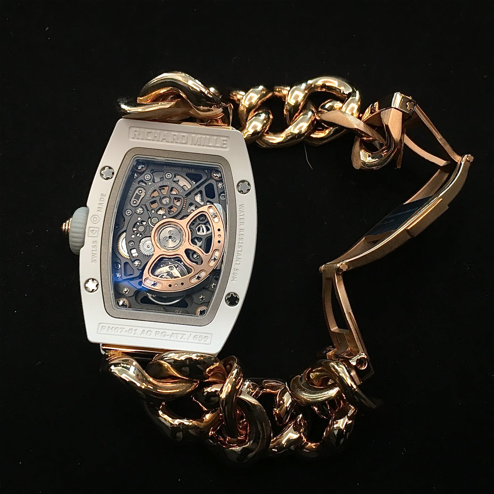Rückseite der Richard Mille RM07-01 mit weißem Keramikgehäuse und Rotgold-Gourmette-Armband. Preis: 174.500 Euro