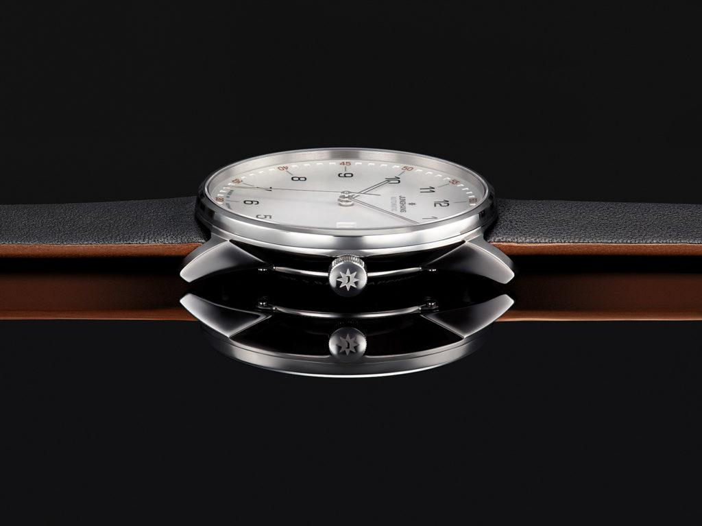 Guter Stil kennt keine Zeit und so hält sich die schlichte und moderne FORM gekonnt zurück – ein charakterstarker Zeitmesser für jeden Augenblick.