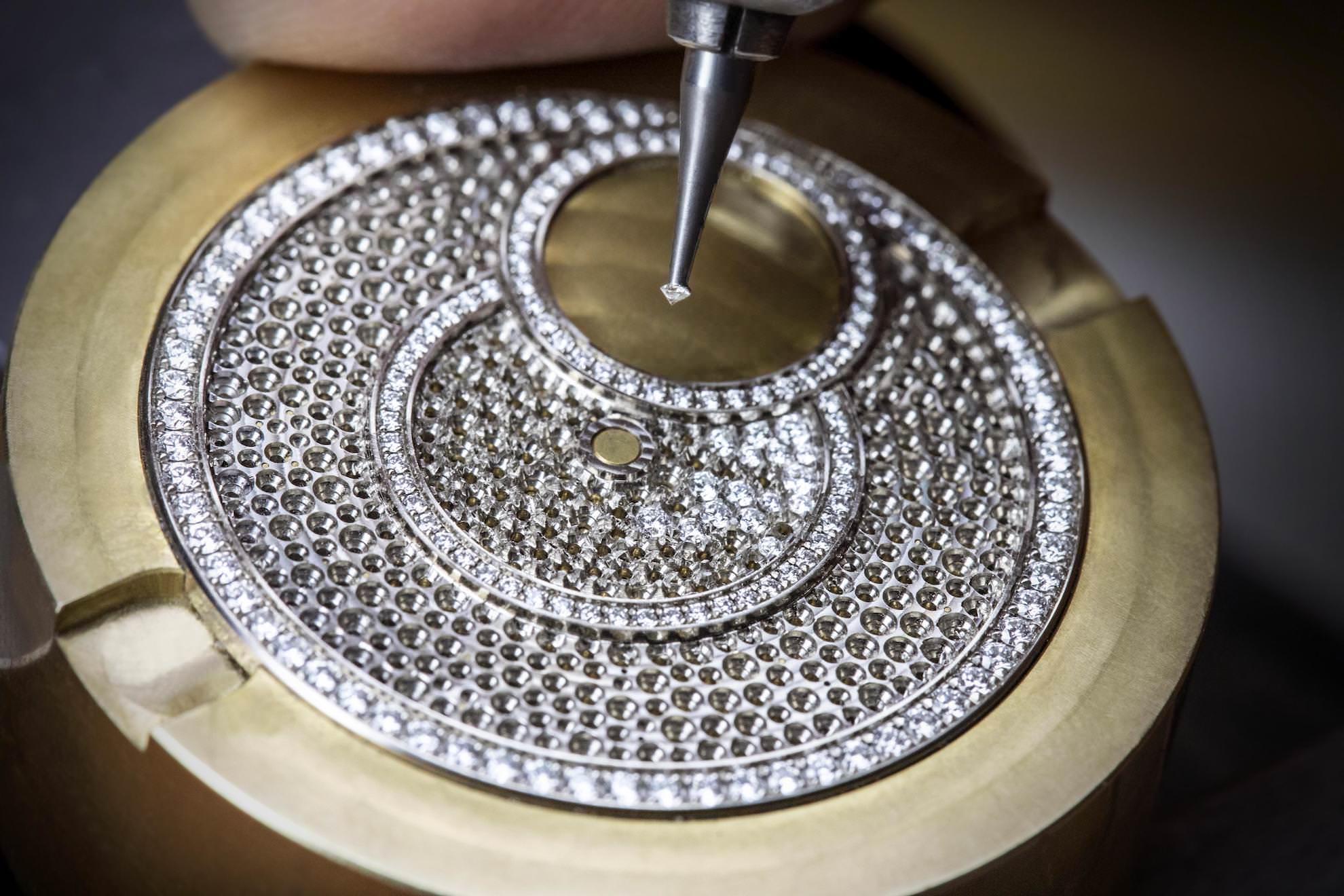 Die Diamanten werden von Hand gesetzt